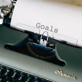 Typewriter with the word Goals on paper.